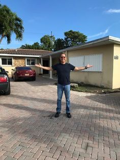 Jerry Seinfeld In Front Of The Marder Brothers Barry And Alan Boyhood Home In Miami Jerry Seinfeld Seinfeld Outdoor