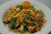Dilli Aloo Tikki Chaat: A complete meal in itself - alootikki served topped with yogurt, green and sweet chutneys, sev and othe chaat ingredients. Veg Appetizers, Savory Snacks, Vegetarian Appetisers, Pakistani Dishes, Indian Dishes, Indian Snacks, Indian Food Recipes, Holi Recipes, Chaat Recipe