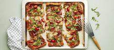 Tosi helppo arkiruoka syntyy yhdistämällä pizzan täytteet pannariin. Pizzapannari viimeistellään rucolalla ja kirsikkatomaateilla. Noin 1,95 €/annos. Bruschetta, Vegetable Pizza, Zucchini, Snacks, Vegetables, Ethnic Recipes, Food, Appetizers, Essen