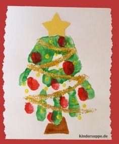 Gestalten Sie dieses einfache und hübsche Weihnachtsbaum-Handabdruckbild mit Ihren Kindern. An der Wand sorgt es für weihnachtliche Stimmung - es eignet sich aber auch als kleines Weihnachtsgeschenk für die Großeltern oder Eltern der Kinder.