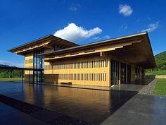 三重縣立熊野古道中心 在俯視尾鷲港的伊勢路熊野古道上,為了設置世界遺產「紀伊山地的靈場與參詣道」的據點設施,以當地尾鷲產的6,549 根135 mm的檜木角材,樑、柱、壁全部都是無垢木,打造出完全木造的大跨度結構建築——三重縣立熊野古道中心。 這棟非常「熊野風格」建築,建築樣式讓人聯想到社寺建築,設計者戸尾任宏+広谷純弘/建築研究所Archivision以「應用傳統木材的使用方法,創造前所未有的空間」為目標,在守護正統日本建築的傳統之外,也將木造的直線美感與力道完全表現出來。 #BCS賞 #木の建築賞(木骨構造賞) #中部建築賞 #建築学会作品選奨 #第13回公共建築賞 via Archivision Hirotani Studio