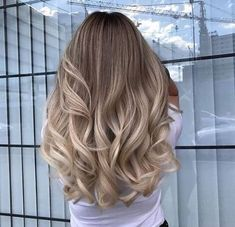 Photo http://www.qunel.com/  fashion street style beauty makeup hair men style womenswear shoes jacket Balayage Hair, Hair Looks, Bouncy Curls, Love Hair, Gorgeous Hair, Hair Inspo, Hair Inspiration, Long Highlighted Hair, Pinterest Hair