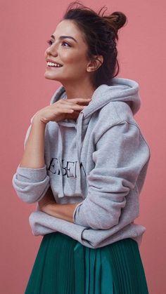 Demet Özdemir als Model Turkish Women Beautiful, Turkish Beauty, Girl Photo Poses, Girl Photos, Angelina Jolie Movies, Diy Embroidery Shirt, Turkish Fashion, Turkish Style, Modern Outfits