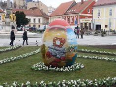 Een mooie traditie; grote paaseieren voor de kathedraal in Zagreb. Het beschilderen van eieren is een belangrijk onderdeel van het paasfeest, en niet alleen voor de kinderen.