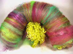 Il sagit dune filature texturisée laineux très douce, brillant et feutrage batt art qui pèse 4,1 onces.    Table des matières :  top laine mérinos