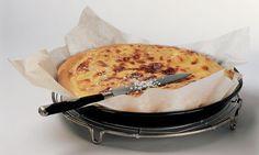 Gâteau du Vully: Pâte: mélanger la farine et le sel, former un puits. Diluer la levure dans un peu de lait, verser dans le puits avec le reste du lait, ...