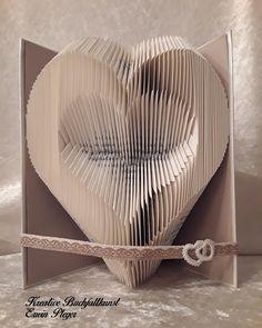 Immer wenn ich dieses einfache und schlichte Herz auf unserem Wohnzimmerschrank sehe, dann muss ich an meine Frau denken. Ich habe es Ihr zum Valentinstag gefaltet, es war ein riesen Erfolg und ist sehr gut angekommen.