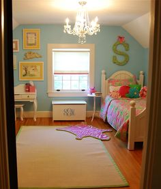 Hmmm, another aqua room. Monogrammed toy box, chandelier, great big S, even the roller shade is all fixed up! So cute!