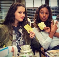 Katherine Langford and Alisha Boe behind the scenes of 13 Reasons Why Thirteen Reasons Why Cast, 13 Reasons Why Reasons, 13 Reasons Why Netflix, Familia Stark, 13 Reasons Why Aesthetic, Alex Standall, Alisha Boe, Justin Foley, Best Series