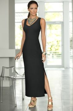 Sleeveless maxi with fabulous statement necklace. Oh yes, oh yes. Bring a short, cute cardigan for the cool evenings and it's time to chill and have fun.