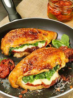 Petti di pollo con mozzarella spinaci e pomodori secchi: gustosissima carne bianca farcita, davvero irresistibile! Per variare il menu della settimana!