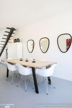 L'envie de ce jeune couple s'est orientée vers une structure rectangulaire, brute, simple et épurée.  Même type de  choix pour les matériaux et les couleurs : de la résine, du Corian, du béton, un peu de bois et de métal, beaucoup de blanc ponctué de quelques touches de noir/gris.   Un résultat magnifique pour cette maison dans laquelle on se sent vraiment bien! Merci pour ce beau projet...  Photos de Thierry Stefanopoulos