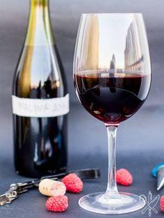 Prosty przepis na wino malinowe-4 Preserves, Red Wine, Diy And Crafts, Alcoholic Drinks, Beer, Canning, Glass, Amanda, Clock