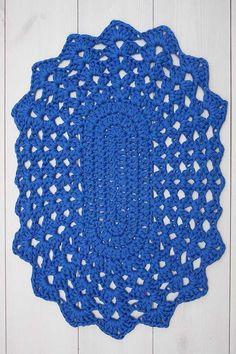 Para quem gosta dos modelos tradicionais de tapete de crochê, esse aqui é uma inspiração Col Crochet, Crochet Shawl Diagram, Crochet Carpet, Crochet Round, Crochet Motif, Crochet Yarn, Lace Doilies, Crochet Doilies, Crochet Placemat Patterns