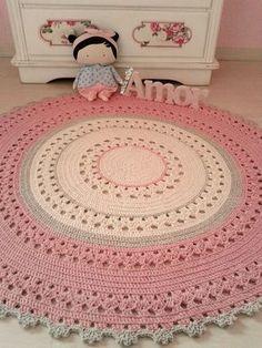 Tapete redondo nos tons crú,cáqui e rosa b.b, ótimo para quarto de meninas, s. Crochet Doily Rug, Crochet Rug Patterns, Crochet Carpet, Crochet Round, Crochet Gifts, Crochet Stitches, Knit Crochet, Knit Rug, Crochet Home Decor