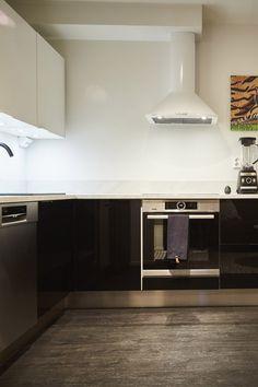 Persoonallinen ja tyylikäs keittiö ei kaipaa mitään ylimääräistä! Takakiinnitteiset Lungo-vetimet on kuin suunnitellut tähän tilaan. #asuntokaupatsokkona #nelonen #jakso6 #vetimet #vedin #sisustus #sisustussuunnittelu #keittiö #keittiösuunnittelu #Lungo #musta #valkoinen #profiilivedin #takakiinnitteinen #helatukku Kitchen Cabinets, Home Decor, Decoration Home, Room Decor, Cabinets, Home Interior Design, Dressers, Home Decoration, Kitchen Cupboards