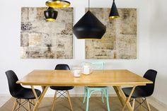 וילון רומי לבן באמצע הסלון, גוף תאורה מסיבי בפינת האוכל, מראה ענקית בכניסה לבית ופלטת צבעים שנעה בין שחור וזהב לוורוד וירוק פסטל: כך מתאימים דירה לאופי הייחודי של בעלתה