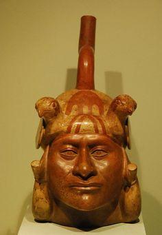 """La existencia de los antiguos pobladores se remonta a 12,000 años. Pertenece a la cultura Mochica o Moche (siglo III al VII D.C.) la renombrada cerámica realista (""""huacos retrato"""") y los llamados """"templos piramidales"""" que demuestran el gran conocimiento de la arquitectura logrado por los mochica."""