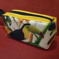 Trousse Zip-Zip en simili jaune et imprimé tropical - Patron Sacôtin