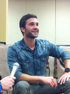 Gil McKinney being interviewed by OUAF at EnchantaCon