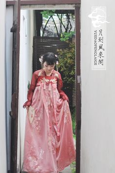 Hanfu (han chinese clothing) collection. The models are wearing Tang Dynasty-style ruqun/襦裙