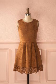 Robe de faux-suède marron clair rebord découpé d'inspiration 1970 - Light brown faux-suede cut-outs hem 70s inspired day dress