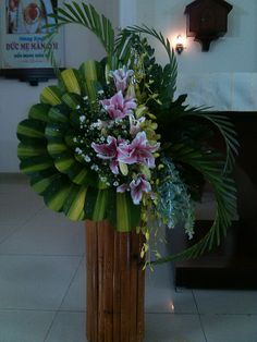 CGMaille - Free, high-quality tutorials and photos Tropical Flower Arrangements, Church Flower Arrangements, Ikebana Arrangements, Beautiful Flower Arrangements, Tropical Flowers, Altar Flowers, Church Flowers, Home Flowers, Funeral Flowers