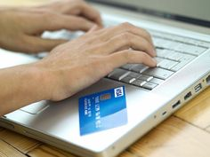 Platne kartice: žene vole 'plastiku' više nego muškarci Anketa kompanije Visa pokazala je da više od polovine ispitanika (55%) koristi kartice umesto gotovine kada god za to imaju priliku, a 76% onih koji preferiraju kartice su žene. Među ispitanicima koji biraju elektronsko plaćanje umesto plaćanja kešom, većina je u grupi između 35 i 55 godina.