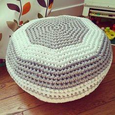 Puff Daddy is in the air.m minuscule. Pouf En Crochet, Knitted Pouf, Crochet Pillow, Crochet Decoration, Crochet Home Decor, Puff Daddy, Crochet Symbols, Furniture Covers, T Shirt Yarn