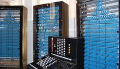 """In den 30er Jahren dachte sich ein fauler Ingenieurs-Student namens Konrad Zuse beim Blick auf seine endlosen Statistik-Rechnungen: """"Das könnte doch jemand anders für mich machen."""" Ein paar Jahre später, am 12. Mai 1941 stellte der selbe Konrad Zuse in Berlin eine Maschine namens Z3 vor, die genau das tat."""