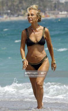 Carmen Lomana is seen on August 2016 in Marbella, Spain. Beautiful Women Over 50, Beautiful Old Woman, Pretty Woman, Katharina Witt, White Hair Highlights, Mature Women Hairstyles, 70 Year Old Women, Older Beauty, Mädchen In Bikinis