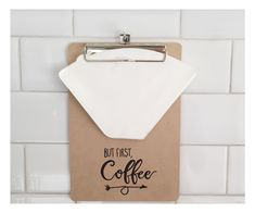 PORTA FILTROS DE CAF? - DIY But First Coffee, Diy, Blog, Monogram, No Sew Pillows, Permanent Marker, Coffee Filters, Napkin Holders, Holiday Ornaments