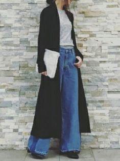 デニムのワイドパンツ+カットソーのコーデには、黒のロングカーディガンをさらりとプラスして。カジュアルな雰囲気の中にも大人の女性らしい優雅さが感じられます。
