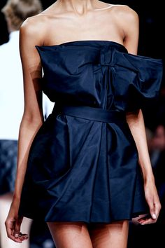 Viktor & Rolf, automne 2013 - Une des couleurs indispensables cet saison || Viktor & Rolf, fall 2013 - One of the must-have colors this season #navyblue #fashion #runway