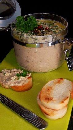 Uzenou makrelu vykostíme a kusy masa dáme do mixéru spolu s cibulkou a máslem. Okořeníme solí, pepřem a rozmixujeme.  Naplníme do misky a...