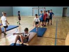 Aufhocken Rolle vorwärts am Kasten- Sportunterricht - YouTube Kids Gym, Videos, Youtube, Basketball Court, Sports, Physical Education Lessons, School, Hs Sports, Excercise