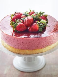 Bavarian strawberry on sponge cake - Dessert Recipes Potluck Desserts, Dessert Cake Recipes, Fancy Desserts, Fancy Cakes, Delicious Desserts, Strawberry Sponge Cake, Desserts With Biscuits, Sweet Tooth, Cheesecake
