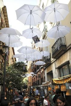 The street looks lovely with all these umbrellas Oh The Places You'll Go, Places To Travel, Places To Visit, Travel Destinations, Barcelona, Mercado Madrid, Travel Around The World, Around The Worlds, Foto Madrid