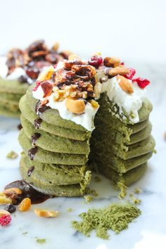 You love matcha? Well, we have good news for you then. These pancakes made with our Power Matcha Mix are super delicious and even healthy! This recipe is vegan, gluten-free and made with superfoods! Green Tea Recipes, Valeur Nutritive, Snacks Saludables, Protein Pancakes, Pancakes Easy, Matcha Green Tea, Breakfast Recipes, Mexican Breakfast, Pancake Recipes