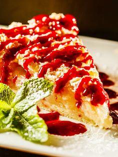 Apple pie with raspberry sauce - La Torta alle mele con salsa di lamponi è un dolce della tradizione, dagli ingredienti semplici e genuini, impreziosito con una salsa irresistibile! #tortaallemele