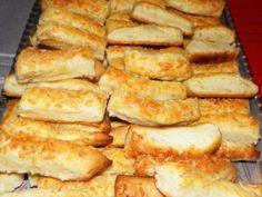 Delicioasele Chiftele din cartofi sunt savuroase, satioase si foarte usor de preparat. Se pot servi ca si aperitive alaturi de diverse dip-uri, dar si ca fel principal de mancare alaturi de o salata simpla. Hot Dog Buns, Hot Dogs, Romanian Food, Foodies, French Toast, Deserts, Food And Drink, Cheese, Vegan