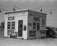 Hamburger Stand with Cattle Brands, Dumas, Texas - 1939 - Historic Photo Print Old Pictures, Old Photos, Vintage Photos, Dumas Texas, Foto Picture, Photo Art, Vintage Diner, Weird Vintage, Vintage Restaurant