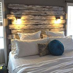 CABECEIRA DE DEMOLIÇÃO | crie uma cabeceira de cama acolhedora ao fixar na parede trechos de madeira de demolição. Inspire-se! #TecnisaDecor #dicaTecnisa #Tecnisa Foto: BHG