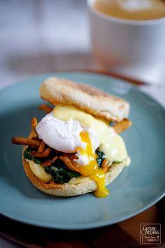 Eggs Benedict sind einer der Frühstücksklassiker schlechthin. Wir haben sie einmal neu interpretiert und sie zusammen mit Spinat und angebratenen Semmelstoppeln gemacht. Dazu gab es klassisch eine Sauce Hollandaise.