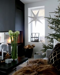 Stylish contemporary holiday decor ideen schwarz Modern Christmas Decor Ideas are all Style and Chic Modern Christmas Decor, Christmas Interiors, Decoration Christmas, Christmas Tree With Gifts, Scandinavian Christmas, Scandinavian Interior, Scandinavian Style, Christmas And New Year, Christmas Home