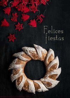 Esta rosca de pan es para felicitaros el solsticio, que no se diga. O las fiestas. O lo que os dé la gana. Hacía mil años que quería hacer una rosca con la técnica de las espigas de baguette y aquí está. Más bonita que un San Luis, para añadir un toque panarra a la …