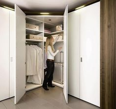 Hulsta hoekkast met inloop spiegel lack wit en hout dealer meubelen MULTI Forma kast theo bot zwaag.jpg