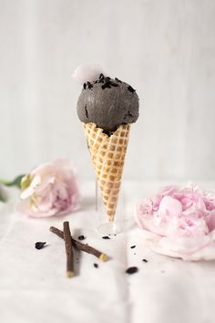 Black sesame licorice ice cream (picture only) Gelato Ice Cream, Yummy Ice Cream, Love Ice Cream, Vegan Ice Cream, Nice Cream, Ice Cream Recipes, Frozen Desserts, Frozen Treats, Licorice Ice Cream