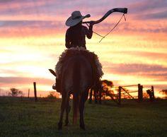Falou contente com lindo sorriso Pra te salvar aqui hoje eu estou Eu vim do céu pra salvar a boiada E o seu berrante ela repicou 🎶🎶🤠… Country Rap, Looks Country, Country Life, Country Girls, Foto Cowgirl, Cowboy And Cowgirl, Southern Hip Hop, Western Girl, Senior Pictures