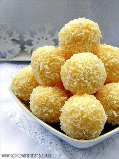 Śnieg za oknem, to i propozycja zimowo - śnieżna :) Te kokosowe trufelki są przepyszne! Niestety, tak propozycja nie jest skierowana do dzieci ;)Dodatek